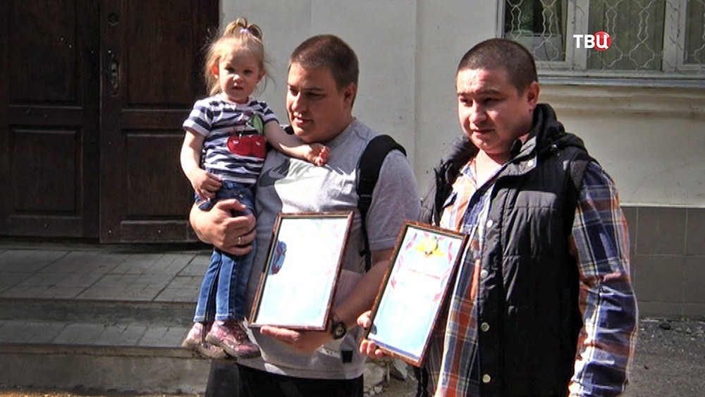 В МЧС наградили жителей города Струнино за спасение людей из горящей квартиры