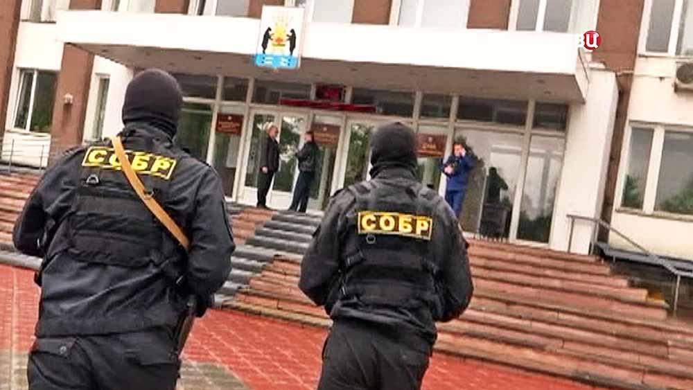 Бойцы СОБР у здания администрации Великого Новгорода