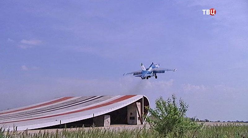 Истребитель Су-25 отрабатывает тренировочный взлет