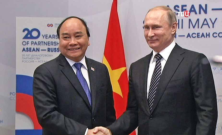 Президент России Владимир Путин и премьер-министр республики Вьетнам Нгуен Суан Фук