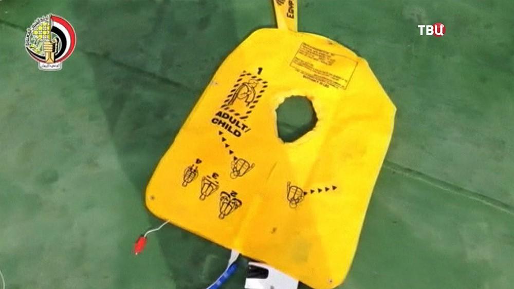 Спасательный жилет с потерпевшего крушение самолёта EgyptAir