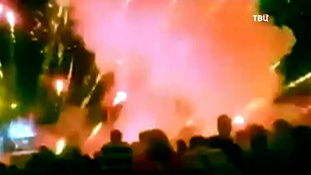 Взрыв салюта в толпе людей