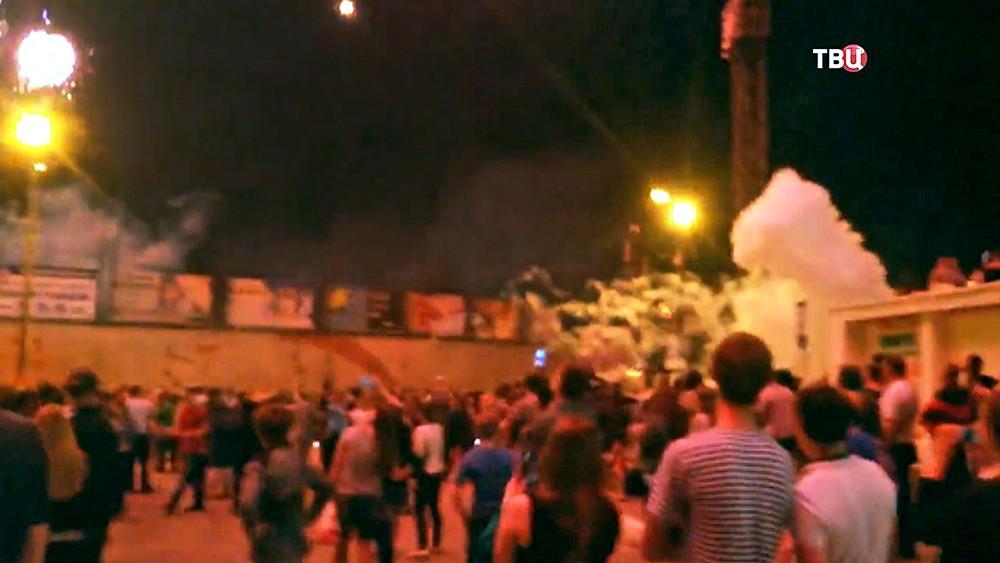 Взрыв салюта в толпе людей в Дзержинске