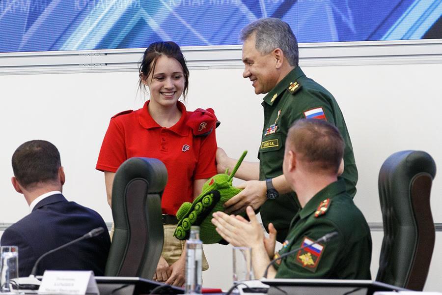Сергею Шойгу подарили вязаный танк