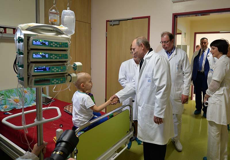 Президент России Владимир Путин во время посещения детского гематологического центра имени Димы Рогачева в Москве