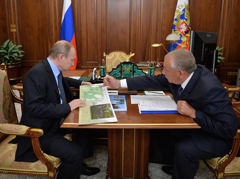 Президент России Владимир Путин и губернатор Новгородской области Сергей Митин во время встречи