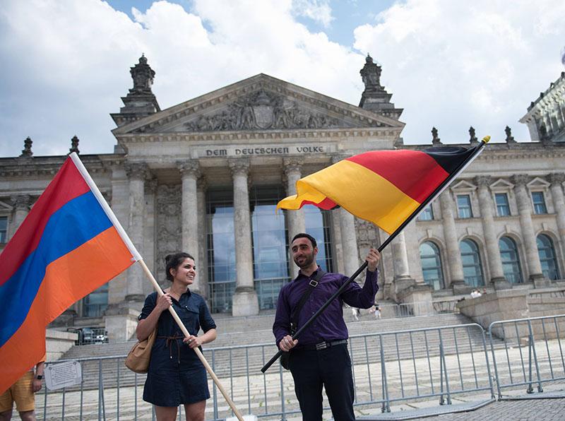 Митингующие около здания Рейхстага в Берлине