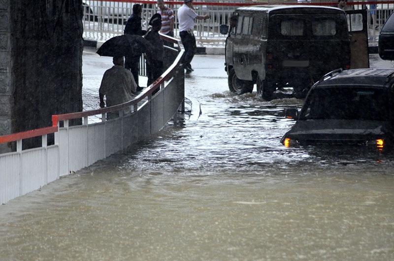 Затопленная дорога в результате сильных дождей в Краснодаре