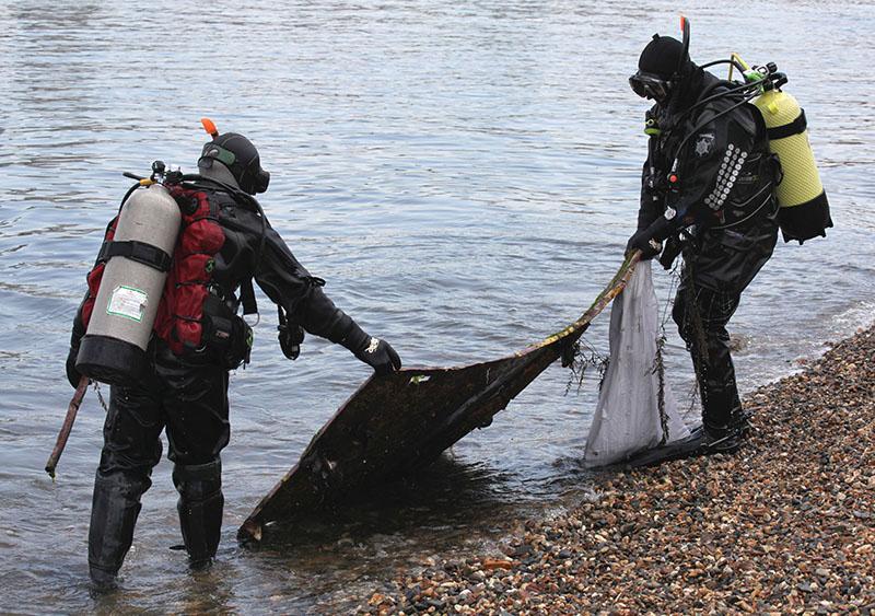 Дайверы очищают от мусора морское дно