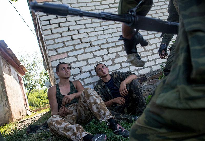 Украинские солдаты во время допроса пленных