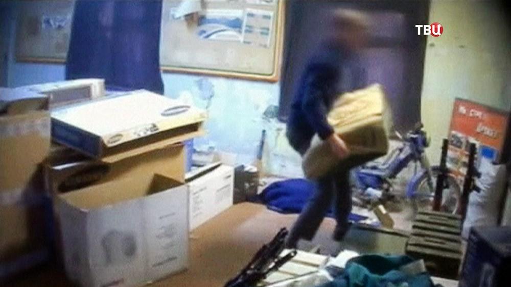 Задержанный СБУ гражданин Франции грузит оружие