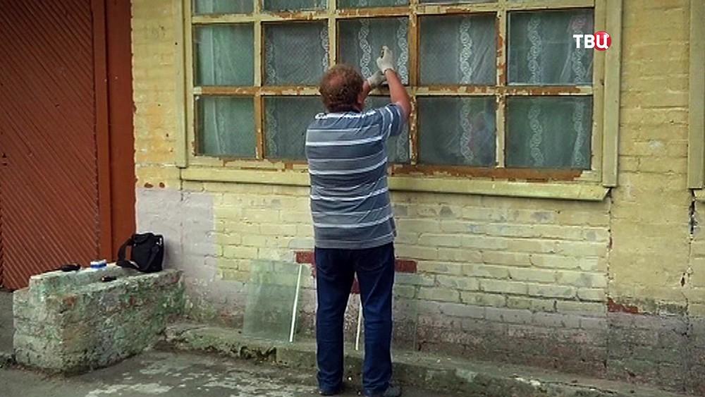 Вставляют стекла в окнах в детском лагере, где произошла стрельба