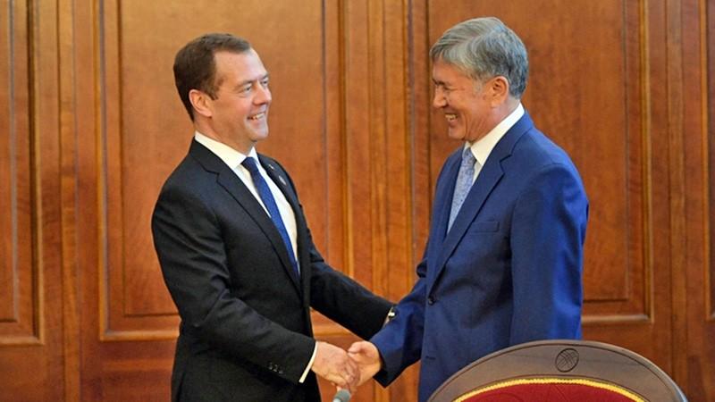 Премьер-министр России Дмитрий Медведев и президент Киргизии Алмазбек Атамбаев