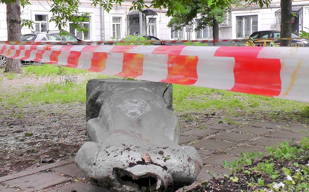 Вандалы повалили и обезглавили памятник Ленину