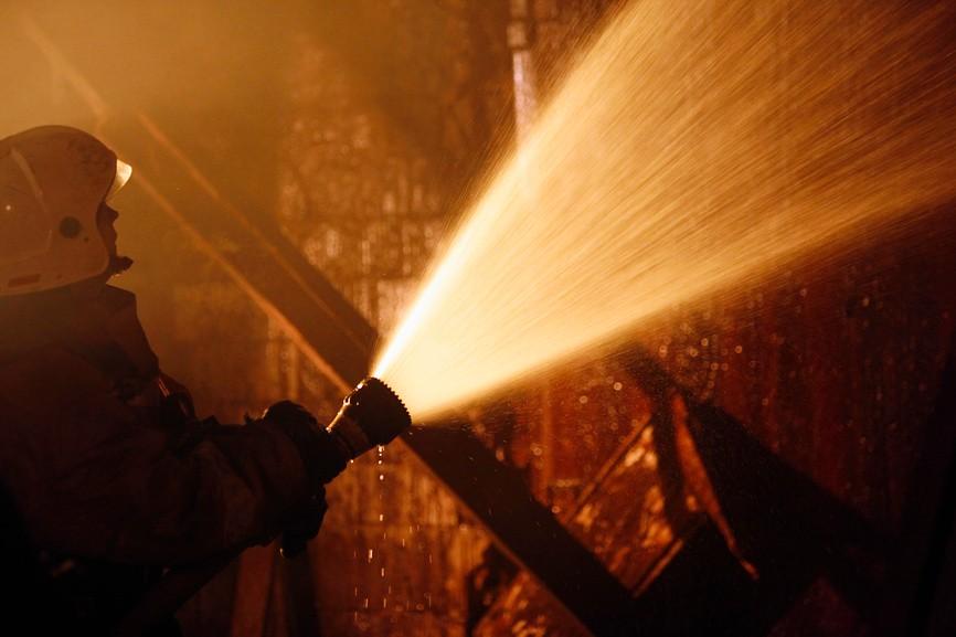 Силуэт пожарного с брандспойтом