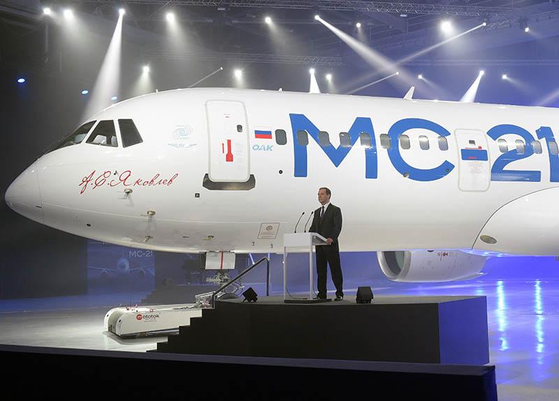 Председатель правительства РФ Дмитрий Медведев выступает на церемонии выкатки магистрального самолета МС-21-300