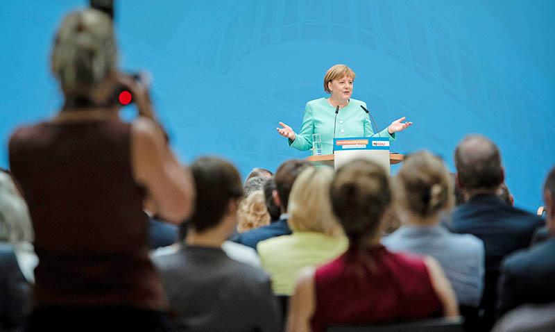 Меркель поддержала овациями критику в адрес Эрдогана
