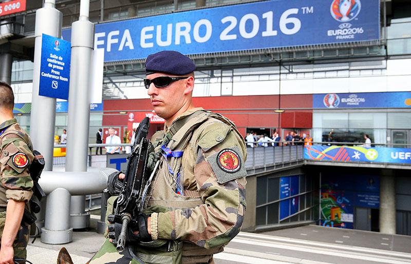 Полиция Франции возле футбольного стадиона в преддверии EURO 2016