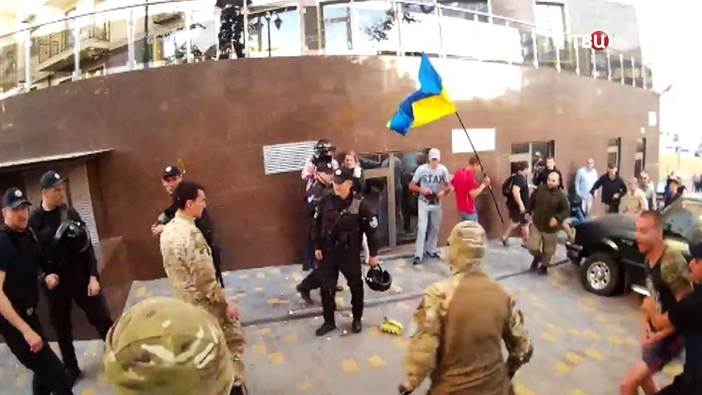 Акция украинских радикалов у Генконсульства РФ