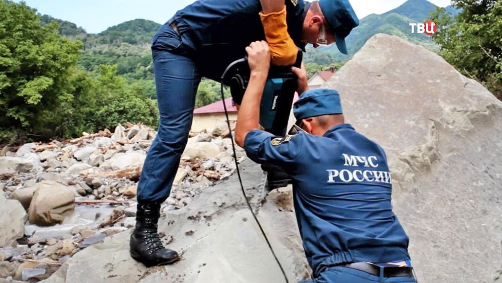 Пиротехники МЧС закладывают взрывчатку на месте завала