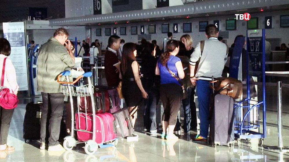 Пассажиры в аэропорту во Франции