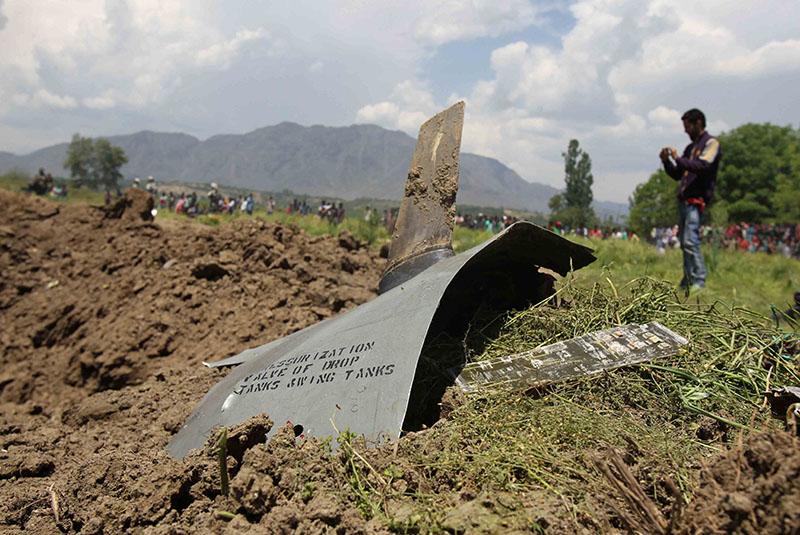 На месте крушения истребителя ВВС Индии