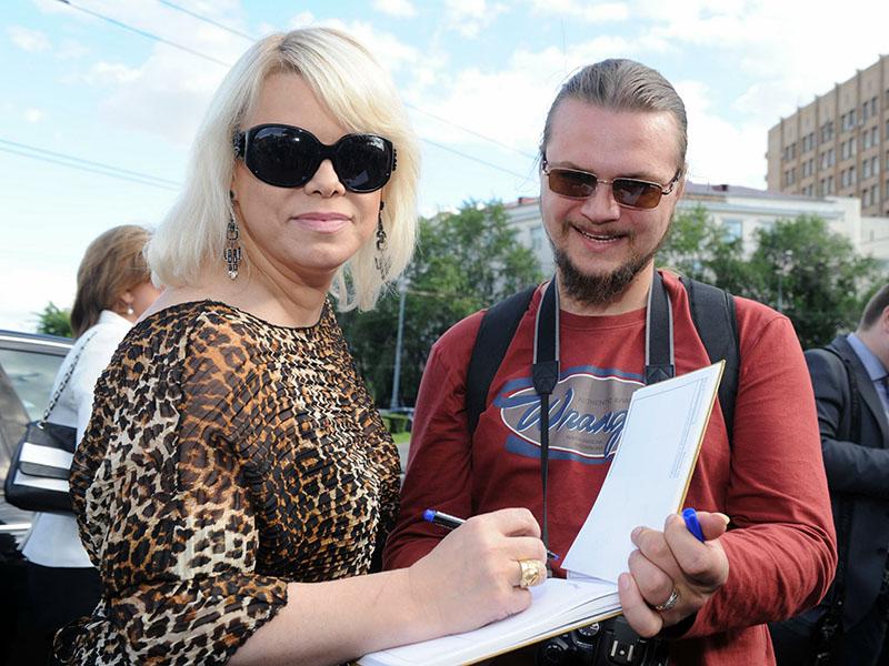 Яна Поплавская даёт автограф