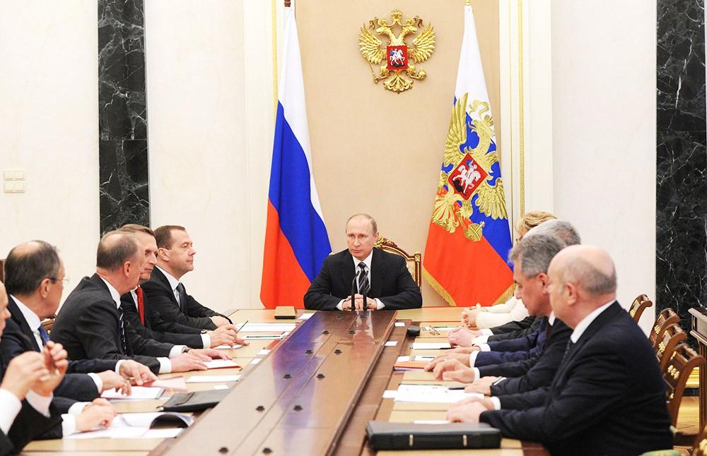 Президент России Владимир Путин на совещании с постоянными членами Совета Безопасности