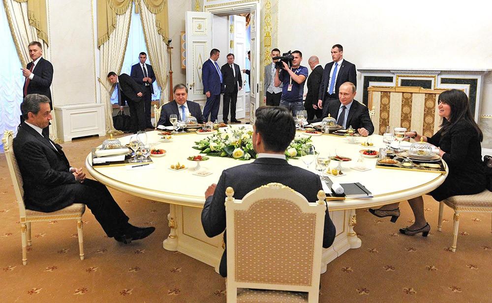 Президент России Владимир Путин на неформальном ужине с бывшим президентом Франции Николя Саркози