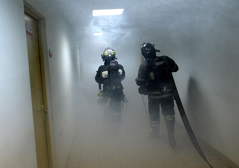 Сотрудники МЧС пожарной службы во время ликвидации возгорания