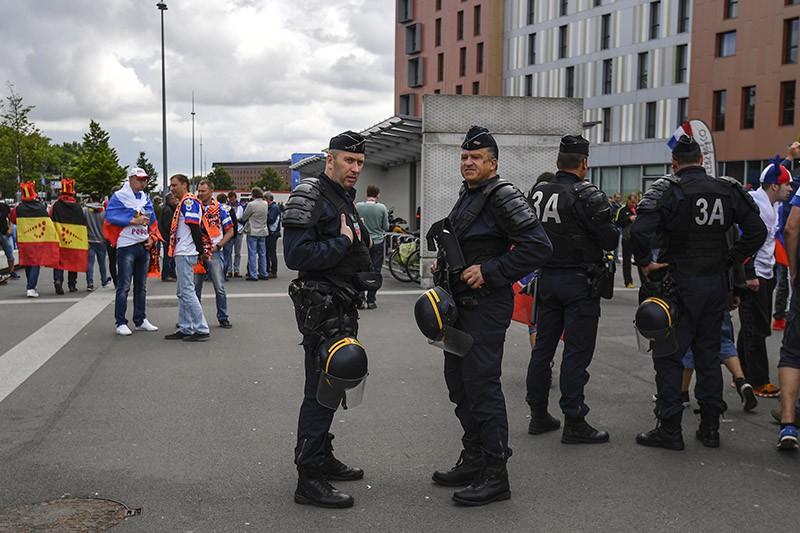 Сотрудники полиции на улице Лилля, Франция