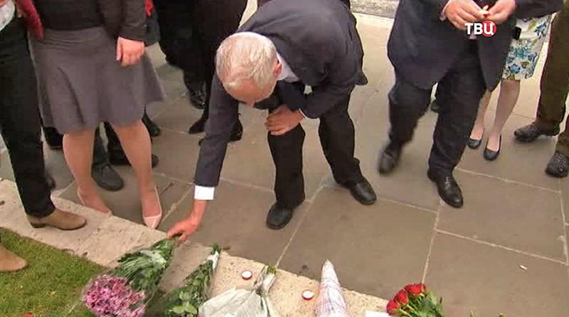 Люди несут цветы и свечи к месту убийства депутата Джо Кокс