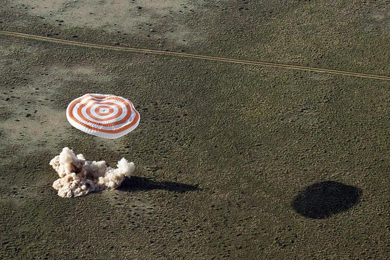"""Спускаемая капсула корабля """"Союз ТМА-19М"""" во время срабатывания двигателя мягкой посадки"""