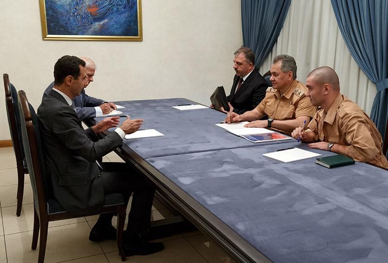 Министр обороны России Сергей Шойгу (второй справа) и президент Сирии Башар Асад (слева) во время переговоров в Сирии