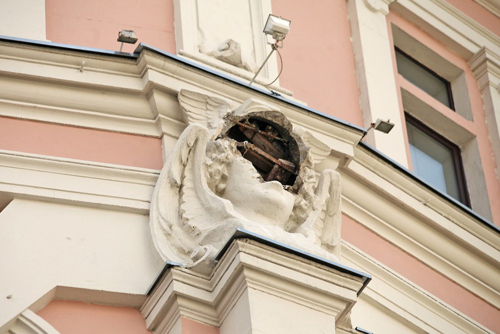 Барельеф бога Меркурия на здании купца Кузнецова на ул. Мясницкая