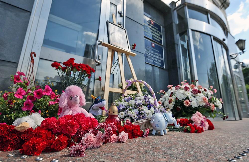 Цветы у здания Департамента труда и социальной защиты населения Москвы в связи с трагедией в Карелии