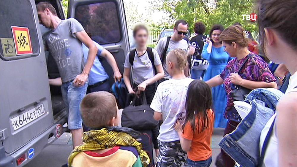 Родители встречают детей вернувшихся из лагеря на Сямозере