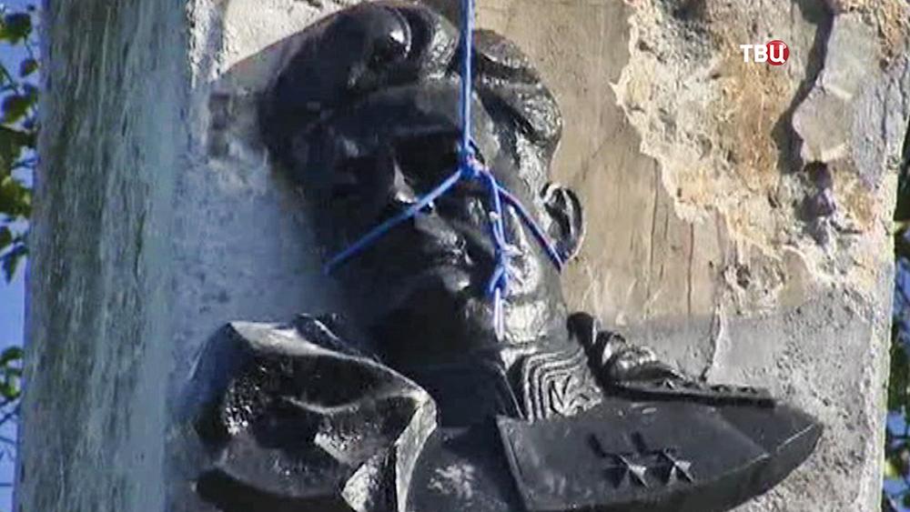 Демонтаж памятника советскому генералу Черняховскому в Польше