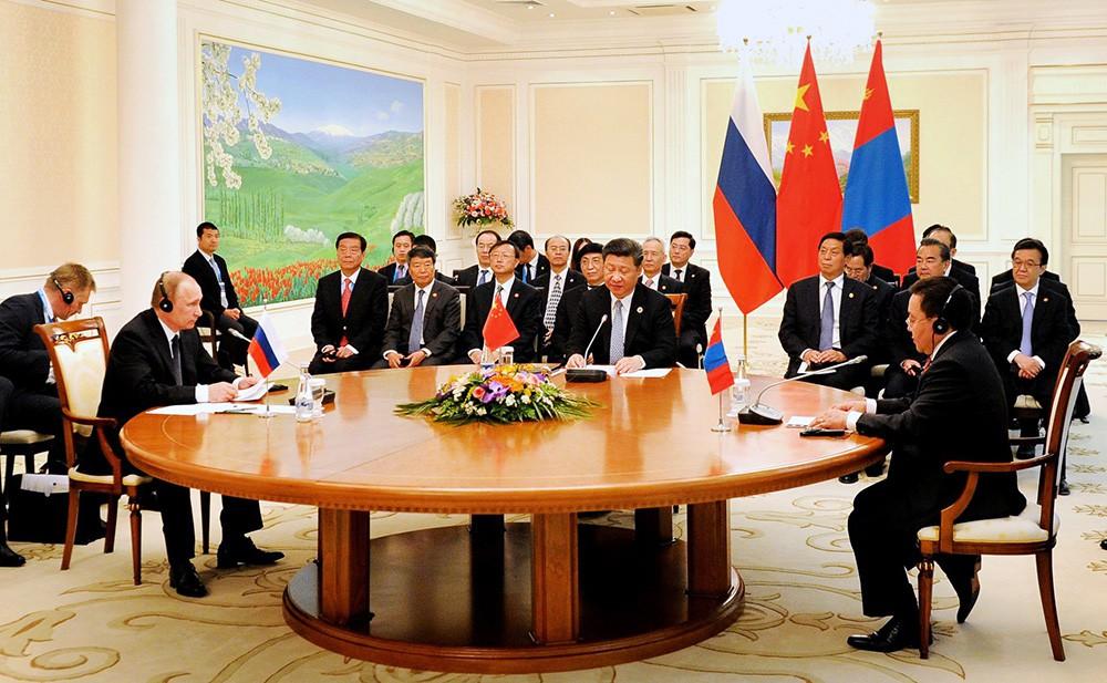 Президент России Владимир Путин, председатель КНР Си Цзиньпин и президент Монголии Цахиагийн Элбэгдорж