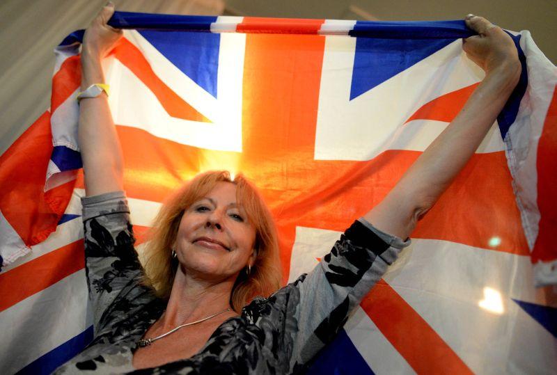 Жительница Британии с флагом