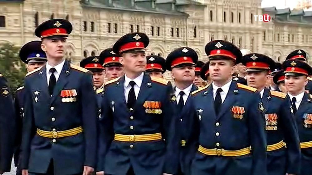 Офицеры маршируют на Красной площади