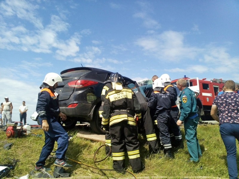 Спасатели МЧС на месте ДТП