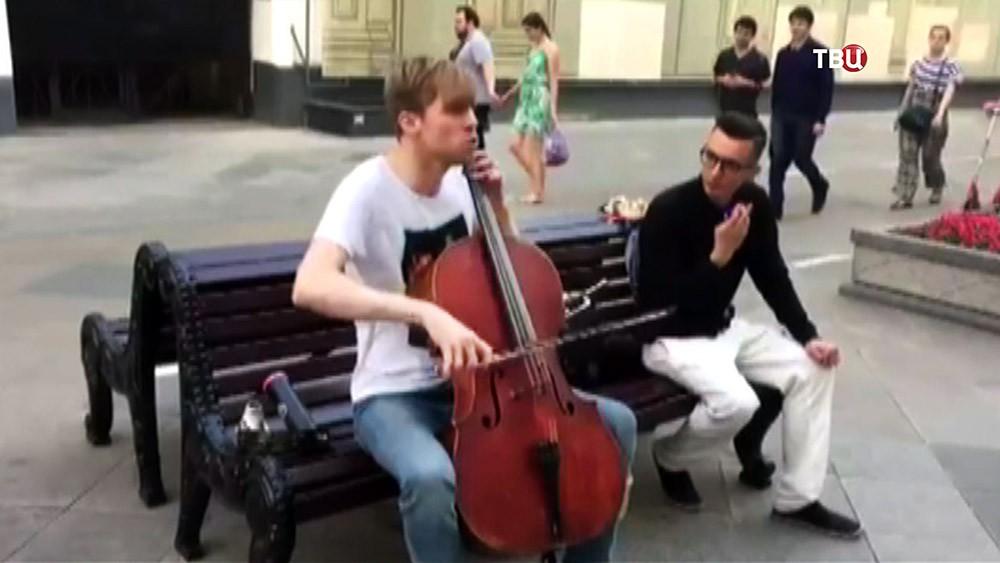 Музыкант Семен Лашкин играет на виолончели Никольской улице