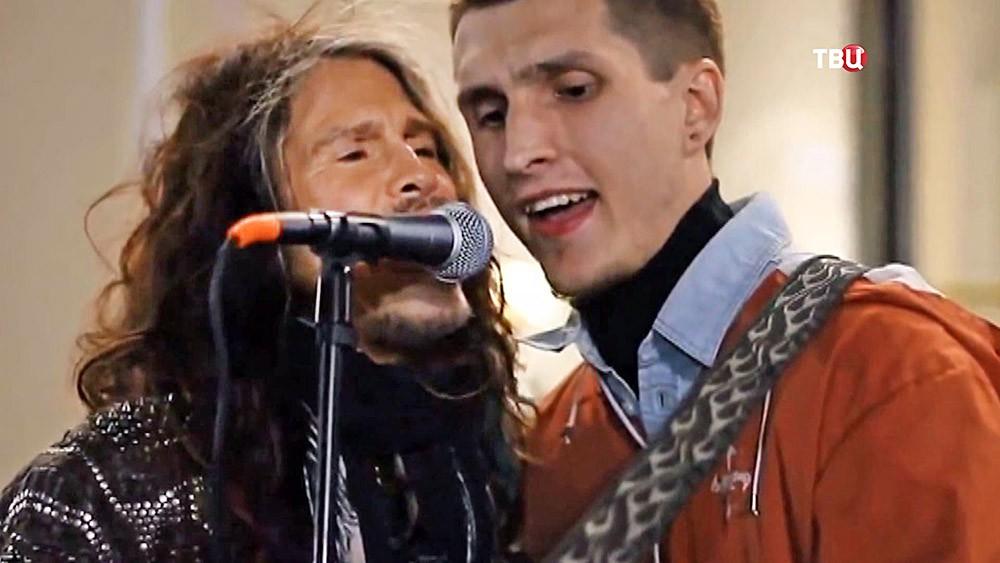 Лидер группы Aerosmith Стивен Тайлер спел с уличным музыкантом