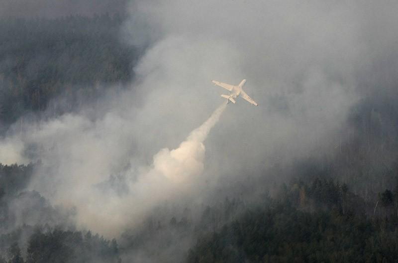 Противопожарный самолет-амфибия Бе-200 во время тушения пожара
