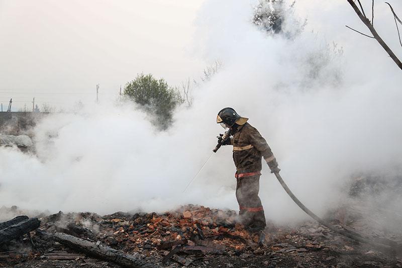 Сотрудник пожарной охраны МЧС России борется с последствиями природных пожаров