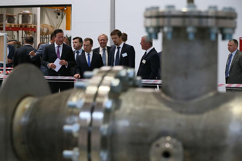 Председатель правительства России Дмитрий Медведев во время посещения цехов завода по производству насосного оборудования