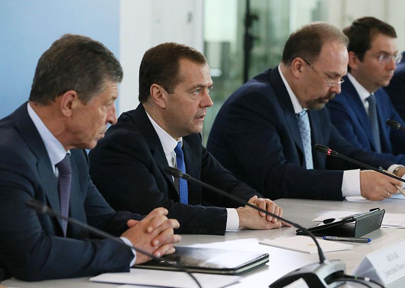 Председатель правительства РФ Дмитрий Медведев проводит совещание по вопросу внедрения энергоэффективного оборудования в сферу ЖКХ