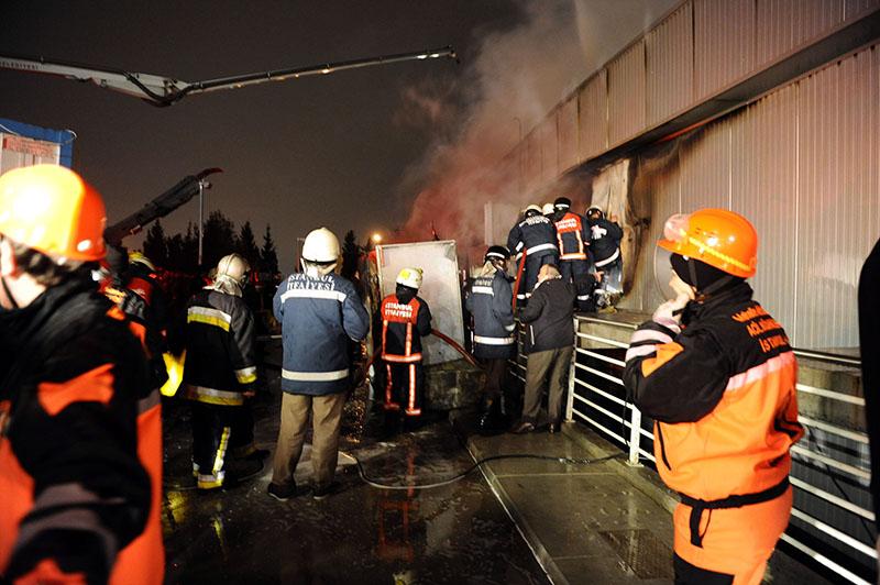 Служба спасения и полиция в аэропорту Стамбула на месте происшествия