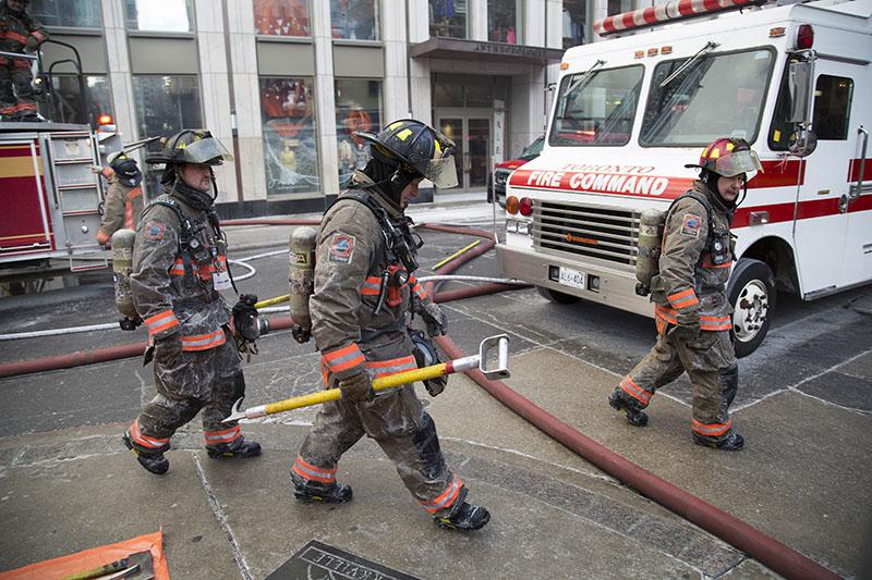 Пожарные и спасатели на месте происшествия в Канаде